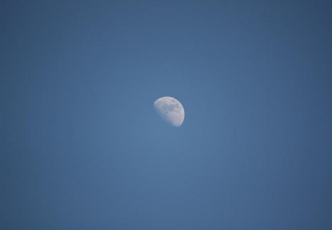 Me llamó la atención la Luna, azul y blanca, en lo alto, sobre el mar, el pasado fin de semana porque
