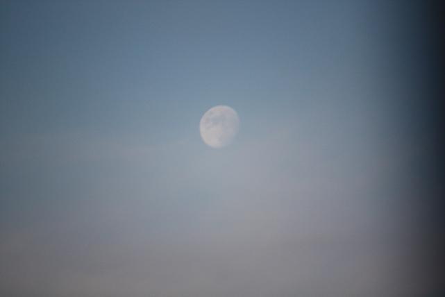 Así se veía anoche la luna, no como en el mar, ni como en el río, sino como si se mirara en el espejo que era la ventana abierta donde se reflejaba la luna.