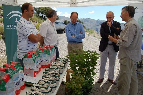 El Consejero de Medio Ambiente y el Director General de Aguas Font Vella y Lanjarón visitan la plantación y hacen balance en el ecuador del proyecto