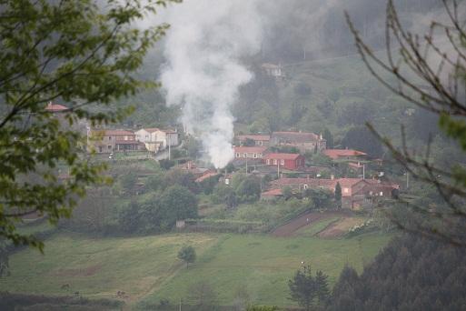 Pocas cosas me gustan más que las lumbraradas de primavera, bajo la lluvia, subiendo el humo blanco desde el valle con ese olor dulce del    Mónica Fernández-Aceytuno