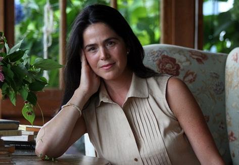 Atraviesa las hojas y el hueco rectangular de la ventana delimita su entrada.   Mónica Fernández-Aceytuno