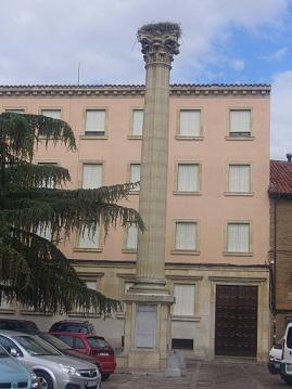Paramos en León, donde vimos ese nido de cigüeñas en la plaza de San Isidoro, en pleno centro, y a una altura no muy grande.  Iñigo