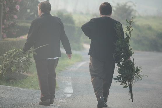 Mujeres entre el humo de las Fragas del Eume llevando una rama de laurel para bendecir en este domingo de Ramos.  Mónica Fernández-Aceytuno