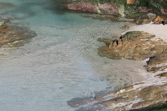 Cuando las olas se rompen en pedazos no dan aristas./When waves break into pieces, they do not provide edges. MF-A