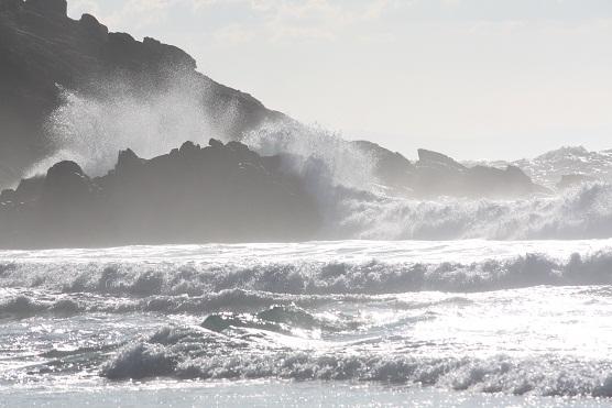 Así estaba el océano ayer por la tarde, blanco de luz y de olas.  MF-A