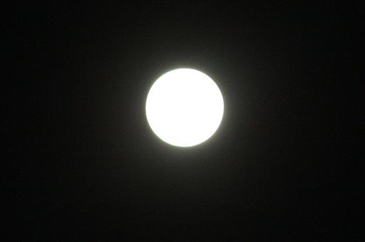 Esta de hace unos minutos es la luna llena que hará subir de manera extraordinaria el nivel del mar al unirse a Sandy en la costa Este americana.  MF-A