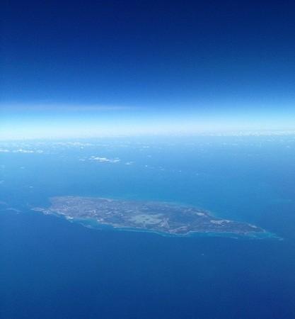 Fotografía aérea de la calma sobre la isla de Nasáu en el archipiélago de las Bahamas tras el paso del huracán Sandy.  El Aviador enmascarado