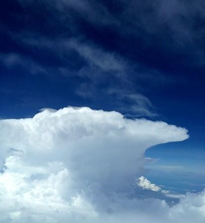 Cumulonimbo de libro, al sur de Iquitos, entre Perú y Brasil. El Aviador Enmascarado (Es cerolla la leña mojada, o verde, que da humo blanco. MF-A gracias a Yzur)