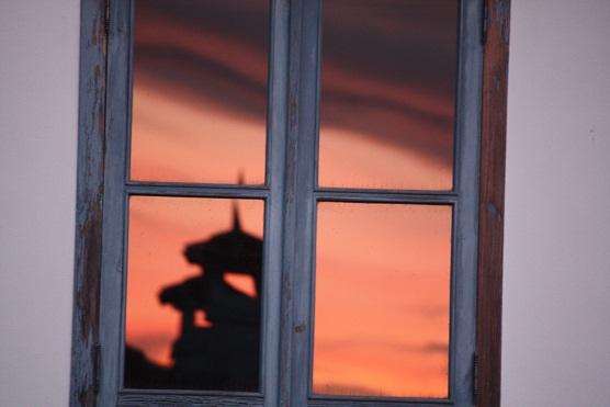 Se puede ver el amanecer en los ojos de las ventanas.  MF-A  carriza término incorporado hoy al diccionario