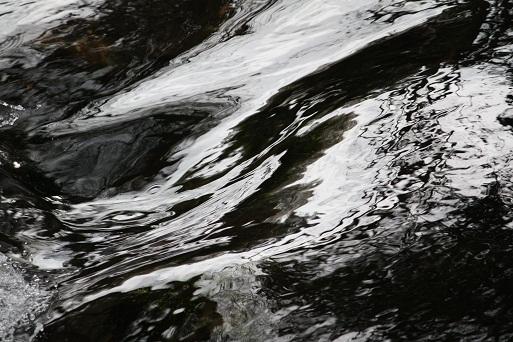 Tiene el río la tonalidad de una nube que aún no descargó su tormenta.  MF-A
