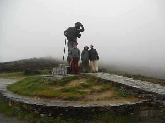 La niebla, espesísima, apenas nos dejaba ver la punta de nuestras botas.   Joaquín