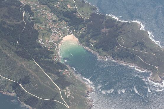 Aunque no se ve desde el aire, está florecido el hinojo marino sobre las rocas que orlan esta playa.  Mónica Fernández-Aceytuno