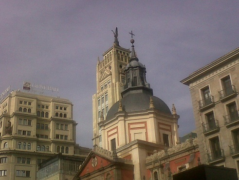 Casi por encima de la iglesia del desaparecido convento de las Calatravas, pasaron las grullas el jueves.  Mónica Fernández-Aceytuno