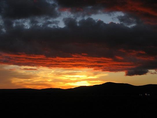 Regresábamos cuando nos sorprendió la puesta de sol sobre la Sierra de San Pedro.  Pilar