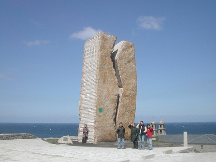 """Vale la pena dedicarle unas líneas a esta mole de piedra bautizada como """"A Ferida"""", """"La Herida"""", obra del escultor Bañuelos Fournier.  Joaquín"""