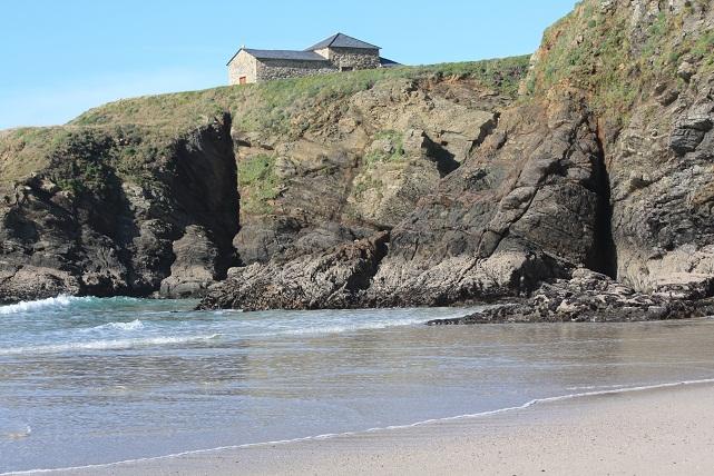 La escalera de piedra que sube a la ermita de la isla del medio en Santa Comba, estaba rota por el oleaje de los últimos temporales, y arrancada la  M.F.-Aceytuno