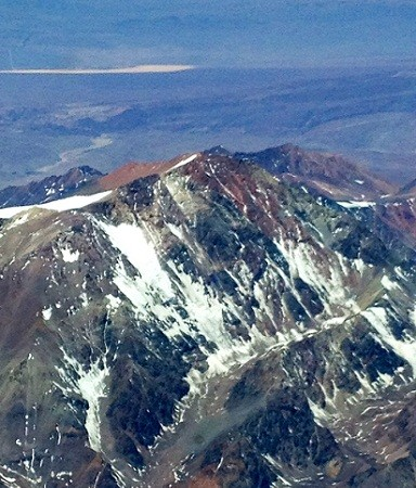 La cordillera de los Andes tiene estos días el rojo de Marte y unas salpicaduras de nieve en las cumbres como si Pollock le hubiera echado unos brochazos. MF-A FOTO: El Aviador Enmascarado