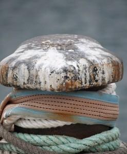 Noray donde se amarran los cabos y se posan las gaviotas / Aceytuno