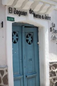 Puerta azul / Aceytuno