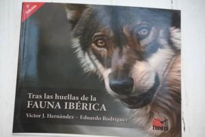 """Portada de """"Tras las huellas de la FAUNA IBÉRICA"""". Víctor J. Hernández- Eduardo Rodríguez/ Tundra Ediciones"""