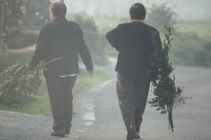 Mujeres gallegas entre el humo con ramas de laurel en Galicia el Domingo de Ramos / Aceytuno