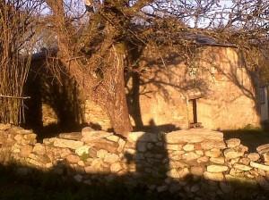 Casa que puede servir de refugio, de trascacho o atrascacho, en el Camino de Santiago, con mi sombra en enero de 2011/ Aceytuno