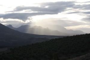 Luz, entre las nubes, sobre los olivares