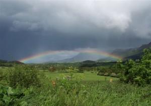 Paisaje del Valle de Mena con vistas de La Peña y praderías en plena tormenta con arcoiris / Juan Antúnez