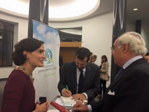 """Juan Fernández-Aceytuno firmando ejemplares de """"Lógica Sencilla"""" a beneficio de la Fundación Jaime Alonso Abruña"""