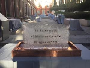 """Escultura de hielo con un haikú del autor de """"Lógica Sencilla"""" de Juan Fernández-Aceytuno en el Parque Florido del jardín del Museo Lázaro Galdiano"""
