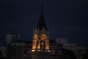 Campanario iluminado / Aceytuno