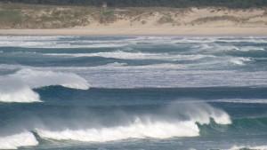 Olas de San Jorge con el rebufo de las olas en la cresta justo al alcanzar la costa / Aceytuno