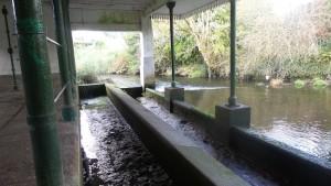 Lavadero con el caudal del río Mendo bajo / Aceytuno