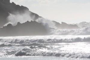 Salsero o nube de agua de mar producida por el impacto de las olas contra las rocas / Aceytuno
