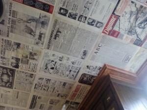 """Techo empapelado con la prensa de la cervecería """"El Diario"""" en la calle Huertas/ Aceytuno"""