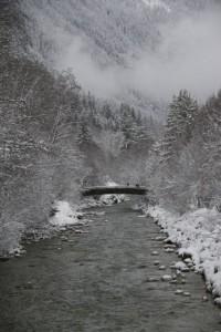 Puente de madera sobre el río Arveyron en los Alpes / Aceytuno