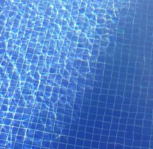 Sol y sombra en el agua de la piscina / Aceytuno