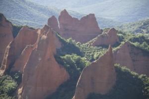 Ascensión del verdor para curar las heridas de la montaña derruida por el agua para extraer el oro / Aceytuno