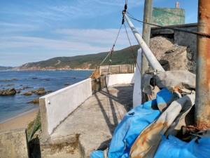 Grua para las barcas en lo alto de las casetas de los marineros / Aceytuno