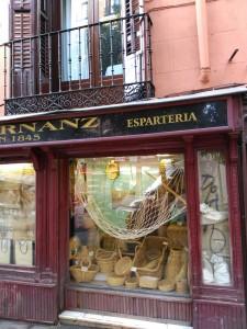 Espartería de Madrid con objetos hechos de pleita o tira de esparto / Aceytuno